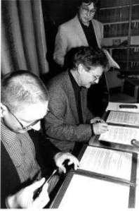 Gerd Taube, Paul Maar und Henning Fangauf bei der Unterzeichnung des Paul-Maar-Stipendiums