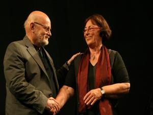 Christel Hoffmann gratuliert Horst Hawemann zum  ASSITEJ-Preis 2009 für besondere Verdienste für das Kinder- und Jugendtheater