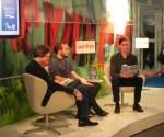 Der Preisträger des 2. Deutsch-französischen Jugendliteraturpreises Finn Ole Heinrich (mi) und  Jurymitglied Stefan Hauck (li)
