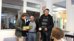 Ein Dankeschön für Henning Fangauf für seine Juroren-Tätigkeit beim Karfunkel (von links: Henning Fangauf,   Dieter Bassermann, Johannes Promnitz)