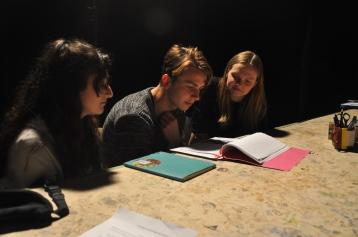 Die Übersetzer*innen Maria, Nikolai und Ronja beim Verfolgen der Probe (Foto: F. v. Criegern)